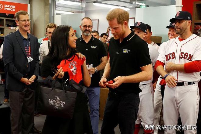 梅根穿平底鞋,與哈里王子甜蜜亮相,收到送給阿奇的可愛小禮物