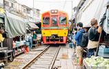 泰國最危險的農貿市場,商家在鐵路上擺攤,火車來了也不慌張