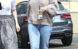 27歲賽琳娜的早春穿搭接地氣,穿牛仔褲搭毛衣,配波浪劉海美呆了