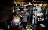 她賣煎餅陪讀女兒上大學,沒想到煎餅攤堅持18年,今每天收入幾千