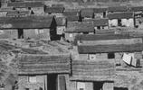 舊中國實拍照:圖3孩子嗷嗷待哺,母親奄奄待斃,圖4是城裡人
