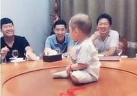 爸爸參加同學聚會,孩子成為眾人逗笑物,坐在餐桌上一臉無奈