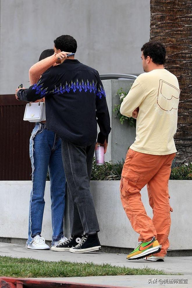 肯達爾穿粉上衣高腰褲秀馬甲線大長腿,街頭和男友人擁抱心情超靚