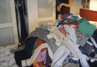 鏟屎官折衣服,卻不知貓藏在衣服堆中,結果用力一抖貓主子悲劇了