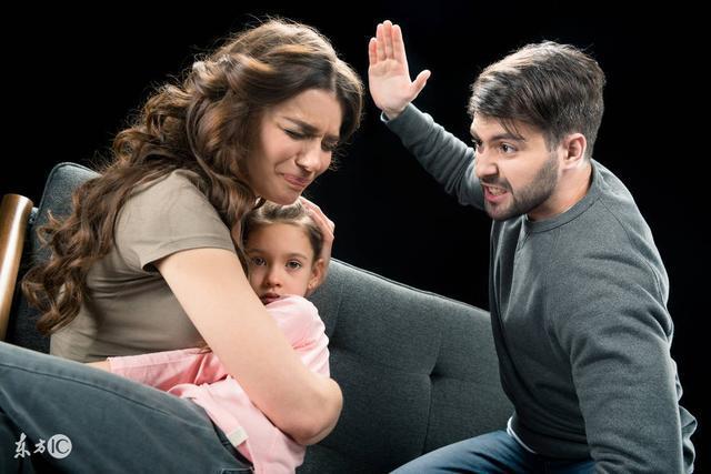 被丈夫暴打的她離家出走活出了自己的精彩,之後又把女兒接到身邊