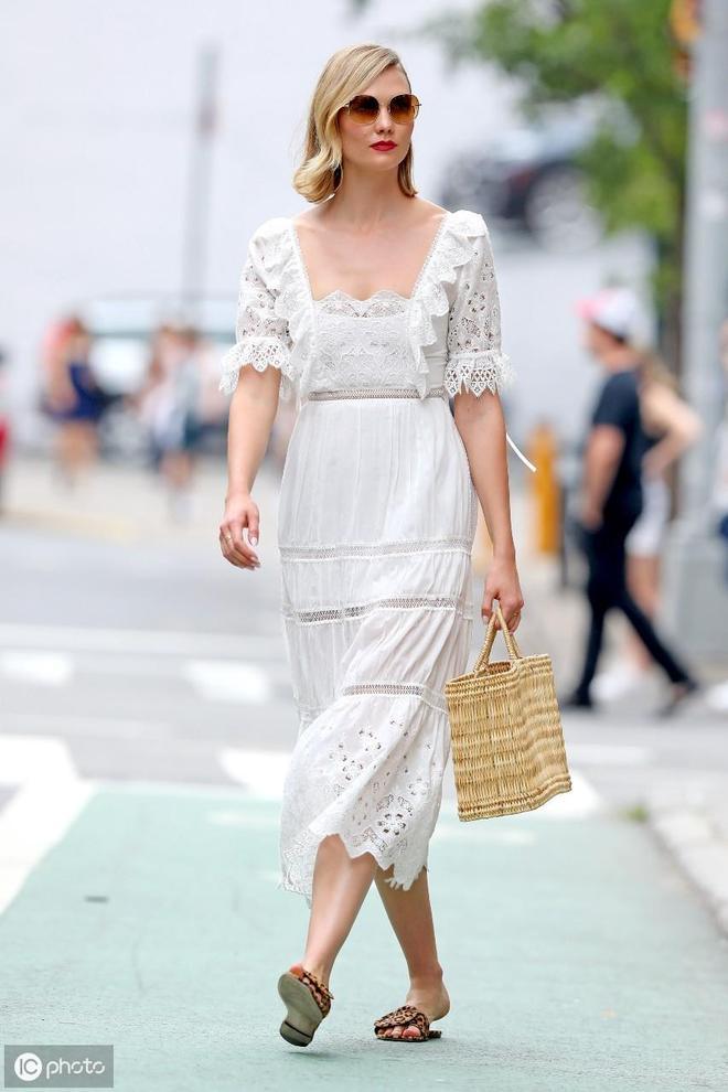 超愜意,高妹超模卡莉·克勞斯穿拖鞋上街
