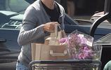 詹妮弗·加納外出購物,羊毛衫黑T牛仔褲,丸子頭墨鏡氣質出眾