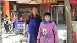 七旬夫妻集市賣油糕,日賺百十元,他說不為賺錢,是不想拖累兒孫