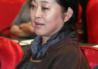 59歲倪萍瘦出尖下巴撞臉許晴,骨子裡都透著優雅,手上鐲子成亮點