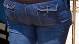 """""""屁屁""""大的女生別穿緊身褲,辣眼睛!瞧下圖女人這樣穿,太酷了"""