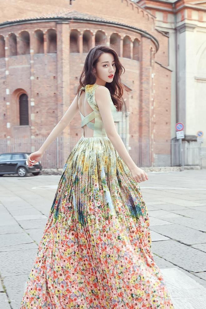 景甜衣著知性幹練,遇上迪麗熱巴優雅長裙,你喜歡哪種風格?