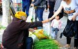 78歲老人趕集賣菜,把大蔥的老葉子摘掉後再賣,吸引了不少顧客