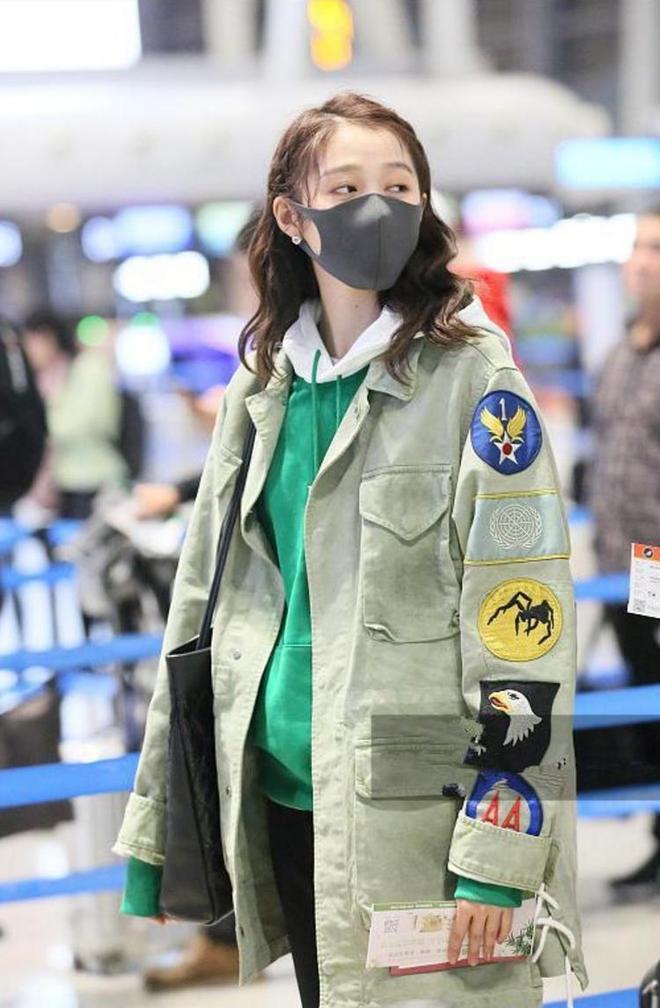 關曉彤真固執!又把毀人的混搭穿到機場,可當她摘下口罩我沉默了
