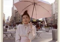 44歲賈靜雯現身國外街頭,飄逸長裙配上丸子頭,靈氣趙敏迴歸了!