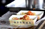 在紹興魯迅故里,人手一盒的臭豆腐是啥樣的?