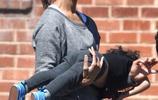 《阿凡達》佐伊·索爾達娜一家四口外出 老公抱寶貝舉高高