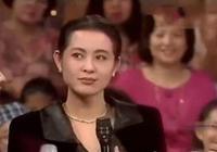 助理再59歲倪萍近照,瘦出小v臉神似許晴,優雅坐姿一般人學不來