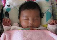 """為何孩子睡覺喜歡用""""投降""""睡姿?這2個原因很少人知道,別忽視"""