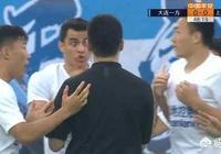 """大連一方對陣上海申花,明顯點球!一方球員""""一拳""""將球擊出底線,裁判無表示。你如何看待這樣的判罰?"""