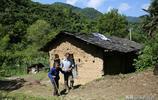 農村男子不娶美貌妻,大山裡陪90歲失明老母20年
