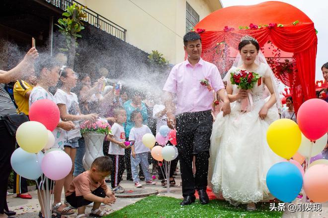 伴娘瞬間被噴成了冰雪公主!河南最大別墅村裡的一場婚禮喜事新辦