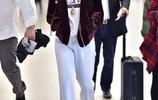 湯唯酒紅色絲絨夾克搭字母T 牛仔闊腿褲配小白鞋大氣時髦