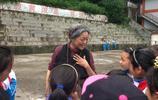 58歲倪萍全家近照,素顏憔悴頭髮花白,導演老公對其疼愛有加