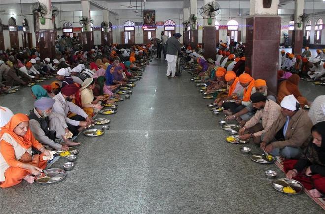 實拍印度最火食堂,每天有近10萬人來此吃飯,食堂竟分文不收