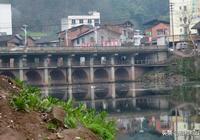 山青水秀內江清流河,河上石橋古樸精美,古橋民間傳說眾多