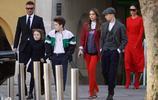 貝克漢姆一家離開維多利亞時裝秀時,軟萌的小七一路奔向座駕