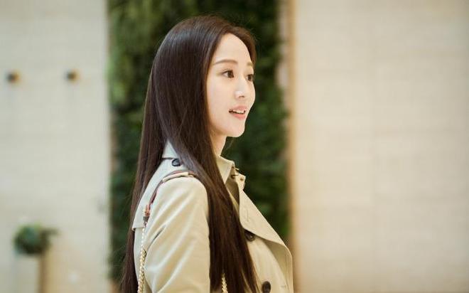張鈞甯黑直髮搭配淺色風衣,演繹自信幹練職場女性,知性甜美