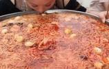 美女直播吃一大鐵盆螺螄粉,喝了一口湯後,網友卻不淡定了