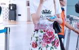 佟麗婭甜美造型現身機場,氣質優雅可愛親和