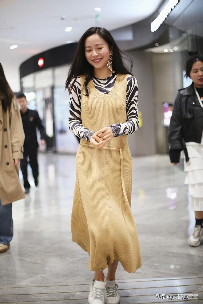 凍齡女神!36歲江一燕素顏燦笑親和滿滿,穿淡黃長裙似鄰家小姐姐