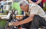 河南大爺修鞋40年,釘一隻鞋掌收三塊錢,曾經月收入是別人20倍