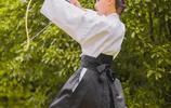 練習射箭的日本武士女孩