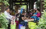 宜春溫湯鎮的奇特現象,大爺大媽不跳廣場舞,在公眾場所集體泡腳
