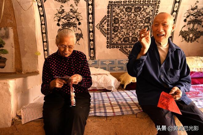 河南8旬老夫妻真會浪漫,在炕上工作,老了還比翼雙飛,看啥情況