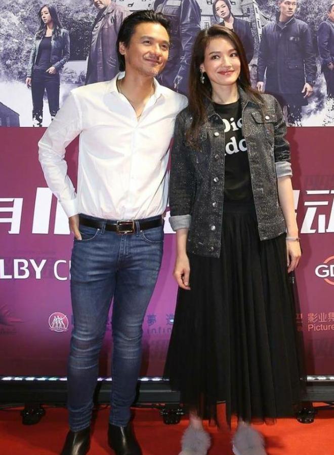 舒淇與43歲老公出席活動秀恩愛,網友:馮德倫褲子要撐破了