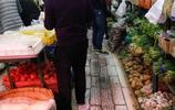 實拍小區前面的蔬菜市場,價格不高但是新鮮的不敢想象,品種齊全