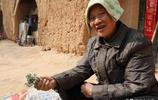 農村山溝裡70歲大娘吃野菜住窯洞,看看她活成啥樣子,你羨慕嗎?