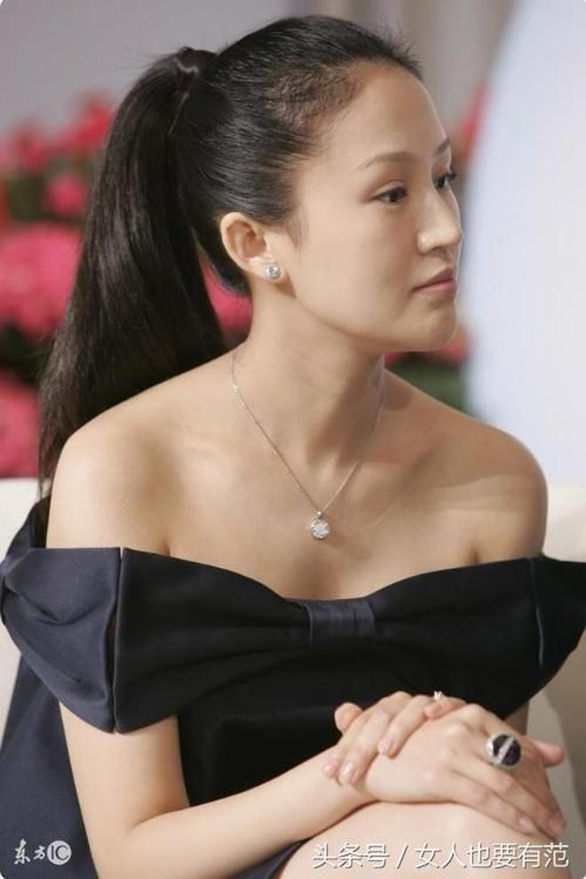 陸毅攜愛妻出席活動,鮑蕾換長髮像變了個人,看得全世界都靜止了