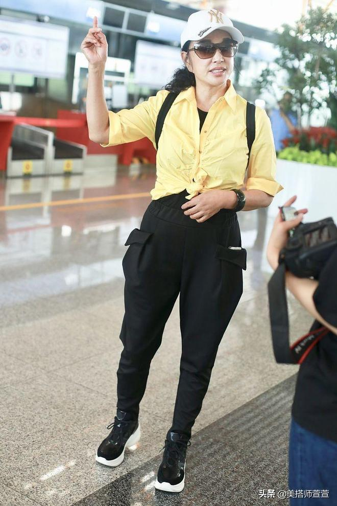 64歲劉曉慶穿亮黃色上衣清爽亮相,見鏡頭揮手甜笑素顏大方任拍