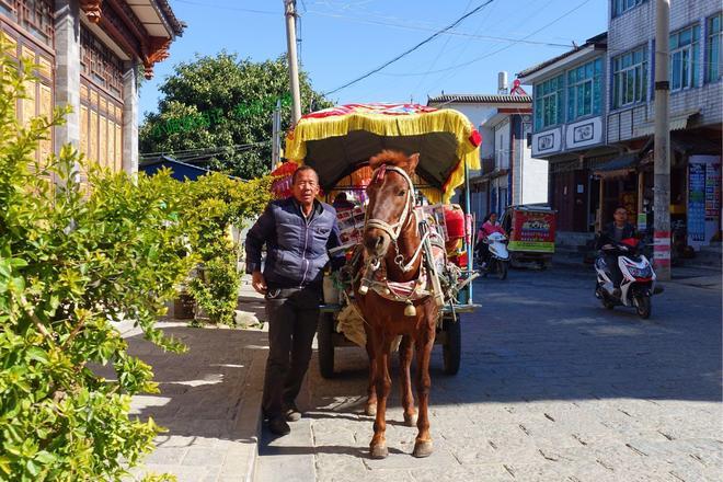 雲南這小鎮,出了一個首富,去他家要花錢買門票