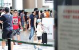 楊陽洋一家現身機場,網友:沒想到楊陽洋已經長這麼高了