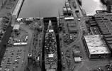 老照片:正在幹船塢進行維修的美國海軍衣阿華級戰列艦