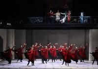 這部芭蕾版《哈姆雷特》,穿黑西裝配牛仔褲
