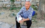 85歲農村大娘賣手工藝品,賣不賣錢不要緊,年歲大了有點事幹