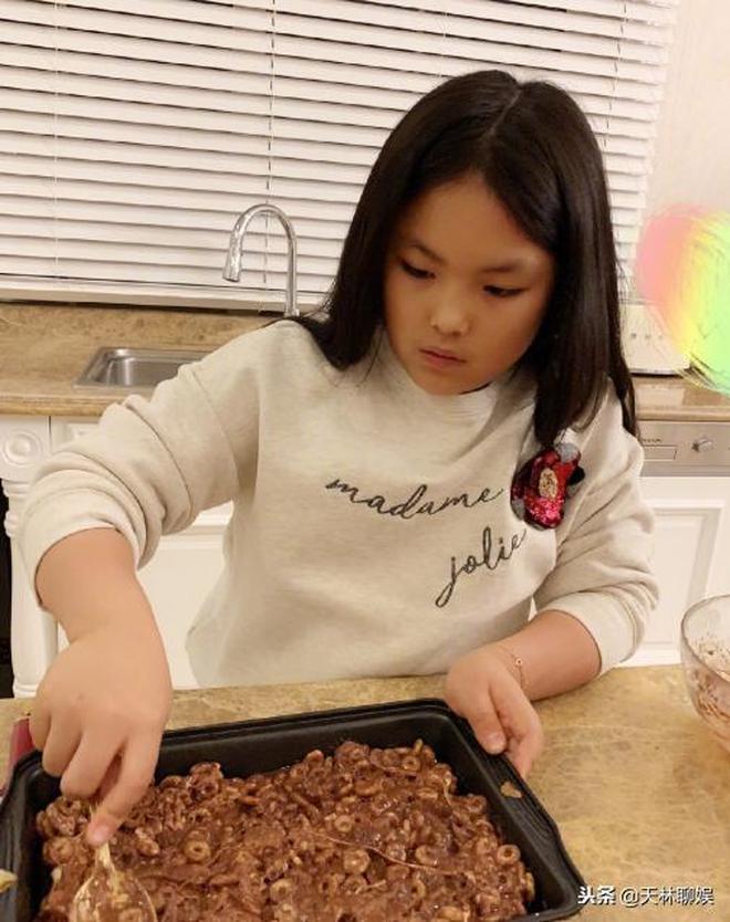 王詩齡又瘦了,披著頭髮自己做食物,五官跟李湘越來越像了