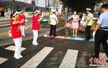"""北京路口現""""等燈舞"""" 志願者紅燈亮時翩翩起舞"""